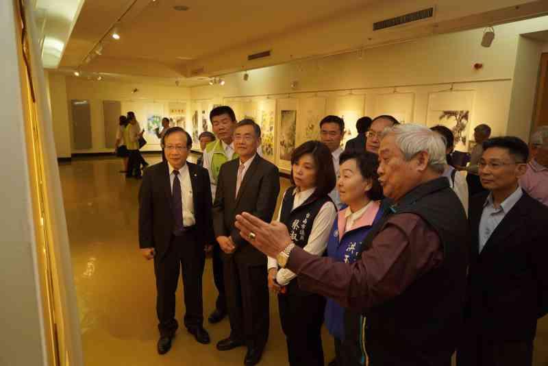 吳副市長及與會貴賓參觀展出作品2
