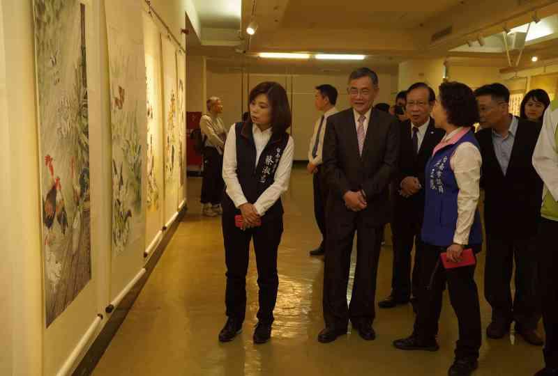 吳副市長及與會貴賓參觀展出作品3