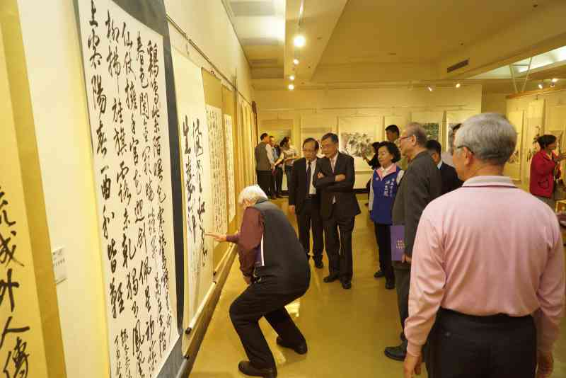吳副市長及與會貴賓參觀展出作品4