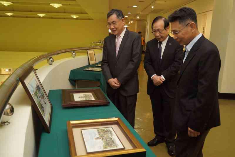 吳副市長及與會貴賓參觀展出作品5