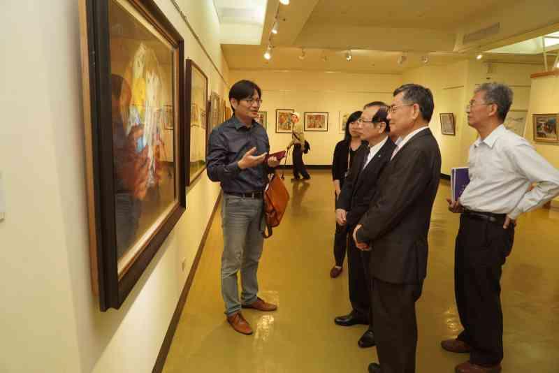吳副市長及與會貴賓參觀展出作品6